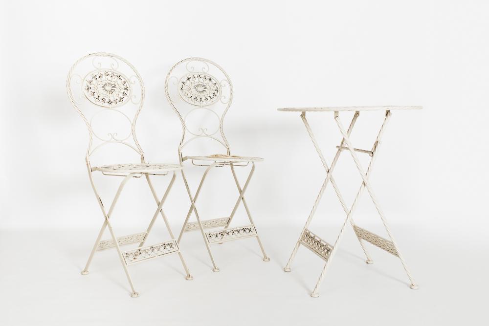 Mesa con sillas de metal
